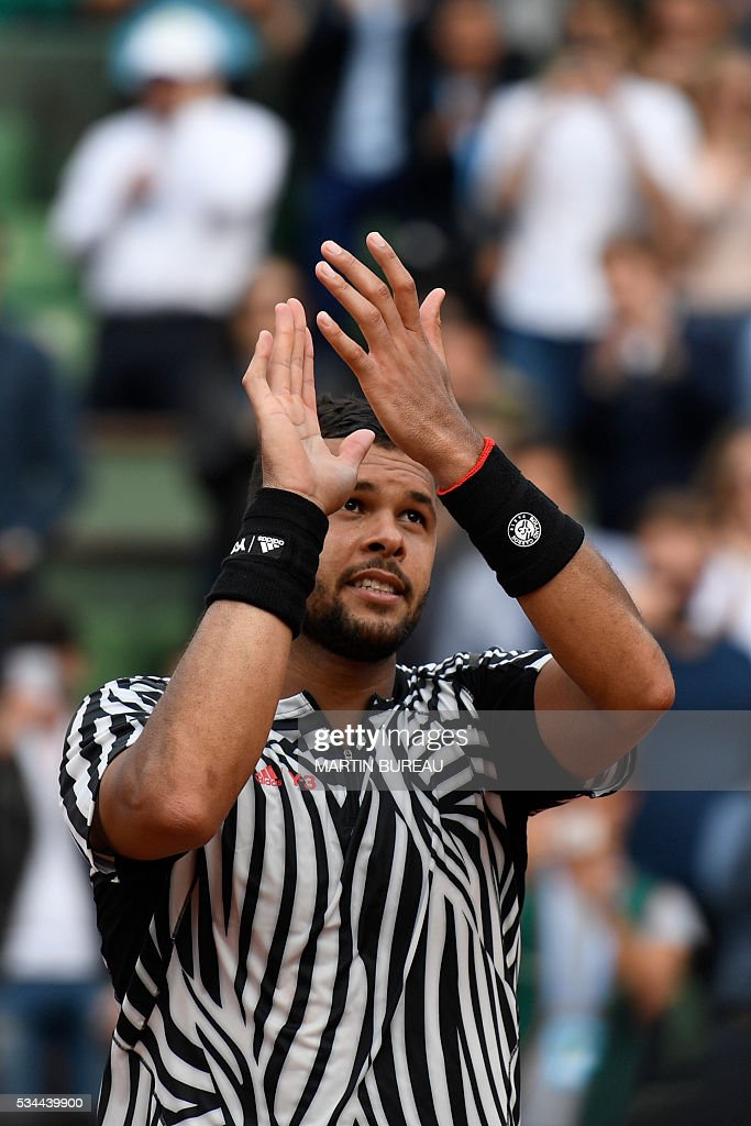 France's Jo-Wilfried Tsonga celebrates after winning his men's second round match against Cyprus' Marcos Baghdatis at the Roland Garros 2016 French Tennis Open in Paris on May 26, 2016. / AFP / Martin BUREAU