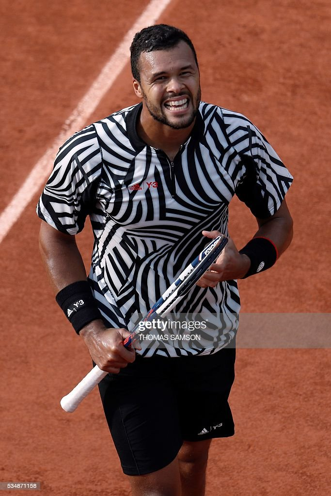 France's Jo-Wilfried Tsonga reacts during his men's third round match against Latvia's Ernests Gulbis at the Roland Garros 2016 French Tennis Open in Paris on May 28, 2016. / AFP / Thomas SAMSON