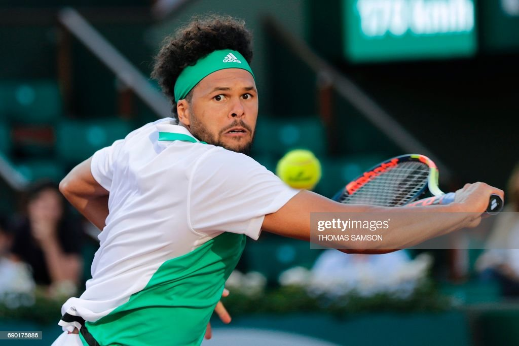 TOPSHOT - France's Jo-Wilfried Tsonga returns the ball to Argentina's Renzo Olivo during their tennis match at the Roland Garros 2017 French Open on May 30, 2017 in Paris. / AFP PHOTO / Thomas Samson