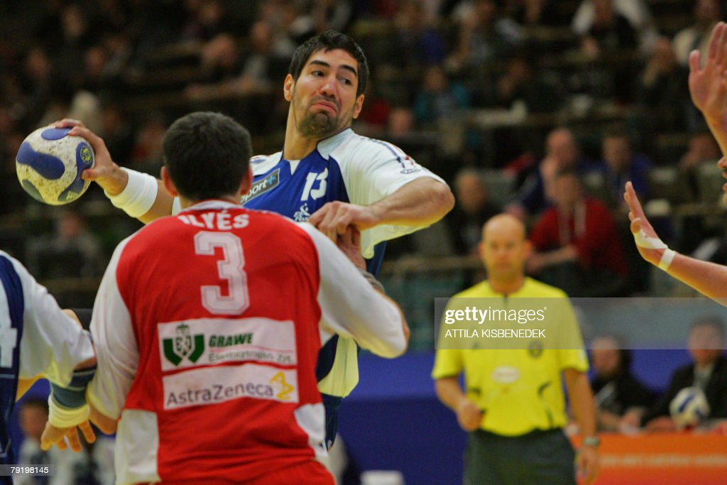France's left back Nikola Karabatic (C) prepares to shoot as he vies with Hungary's left back Ferenc Ilyes (L) under the look of the Norwegian referee during their 8th Men's European Handball Championship Main Round match, 24 January 2008 at the Spektrum sports hall in Trondheim.