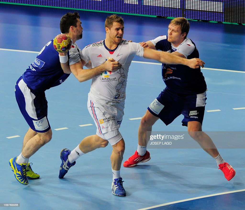 France's left back William Accambray (C) vies with Iceland's right wing Asgeir Orn Hallgrimsson (L) and Iceland's centre back Aron Palmarsson (R) during the 23rd Men's Handball World Championships round of 16 match Iceland vs France at the Palau Sant Jordi in Barcelona on January 20, 2013. AFP PHOTO/ JOSEP LAGO