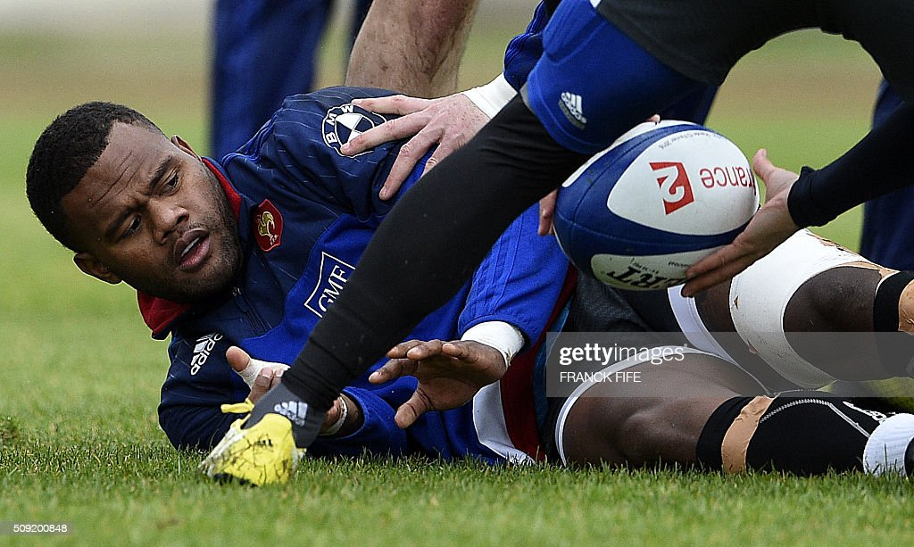 Frances left wing Virimi Vakatawa passes the ball during a training session in Marcoussis, south of Paris, on February 9, 2016, ahead of the Six Nations international rugby union match between France and Irland. / AFP / FRANCK FIFE
