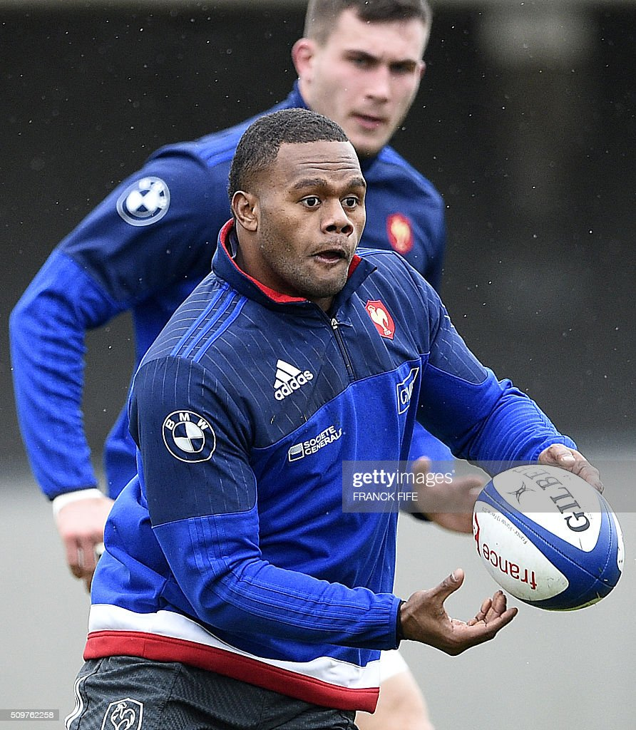 France's left wing Virimi Vakatawa (C) passes the ball during a training session in Marcoussis, south of Paris, on February 12, 2016 on the eve of their Rugby Union 6 Nations match against Ireland. / AFP / FRANCK FIFE