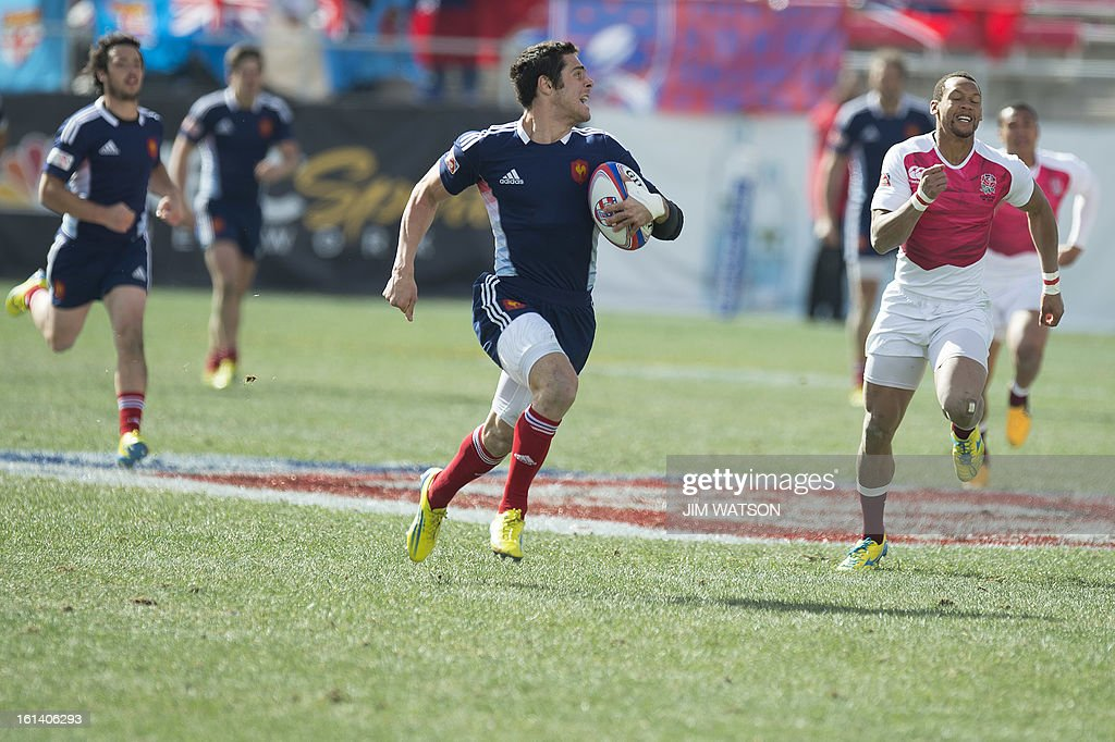 France's Manoel Dall Igna sprints past England defenders during Day 3 of the USA Sevens Las Vegas HSBC Sevens World Series Round 5 at Sam Boyd Stadium in Las Vegas, NV, February 10, 2013. AFP PHOTO/Jim WATSON