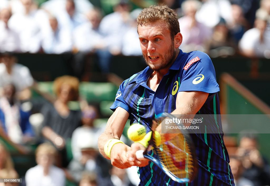 France's Mathias Bourgue returns the ball to Great Britain's Andy Murray during their men's second round match at the Roland Garros 2016 French Tennis Open in Paris on May 25, 2016. / AFP / Thomas SAMSON