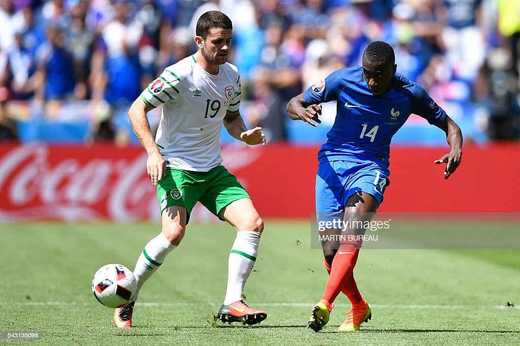 France's midfielder Blaise Matuidi (R) and Ireland's midfielder Robert Brady vie for the ball during the Euro 2016 round of 16 football match between France and Republic of Ireland at the Parc Olympique Lyonnais stadium in Décines-Charpieu, near Lyon, on June 26, 2016. / AFP / MARTIN