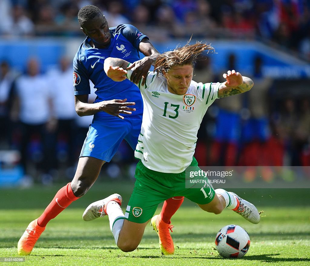 France's midfielder Moussa Sissoko (L) and Ireland's midfielder Jeffrey Hendrick vie for the ball during the Euro 2016 round of 16 football match between France and Republic of Ireland at the Parc Olympique Lyonnais stadium in Décines-Charpieu, near Lyon, on June 26, 2016. / AFP / MARTIN