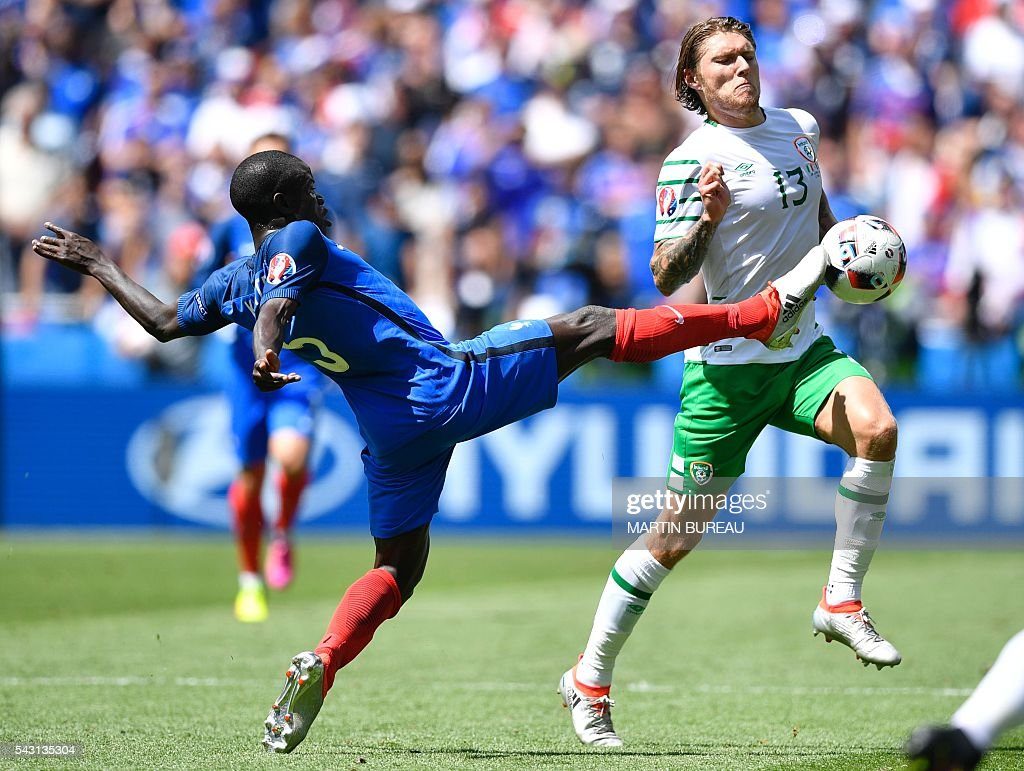 TOPSHOT - France's midfielder N'Golo Kante (L) and Ireland's midfielder Jeffrey Hendrick vie for the ball during the Euro 2016 round of 16 football match between France and Republic of Ireland at the Parc Olympique Lyonnais stadium in Décines-Charpieu, near Lyon, on June 26, 2016. / AFP / MARTIN