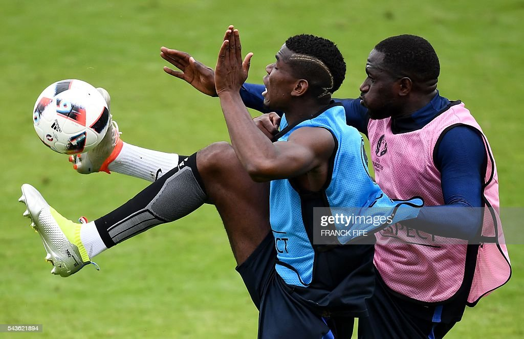 France's midfielder Paul Pogba (L) and France's midfielder Moussa Sissoko take part in a training session in Clairefontaine-en-Yvelines, southwest of Paris, on June 29, 2016, during the Euro 2016 football tournament. / AFP / FRANCK
