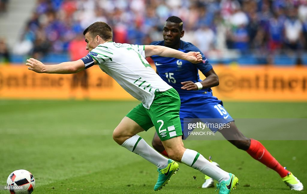 France's midfielder Paul Pogba (R) and Ireland's defender Seamus Coleman vie for the ball during the Euro 2016 round of 16 football match between France and Republic of Ireland at the Parc Olympique Lyonnais stadium in Décines-Charpieu, near Lyon, on June 26, 2016. / AFP / FRANCK