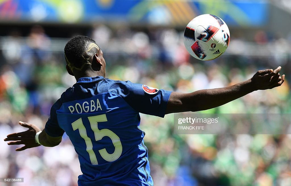 TOPSHOT - France's midfielder Paul Pogba plays the ball during the Euro 2016 round of 16 football match between France and Republic of Ireland at the Parc Olympique Lyonnais stadium in Décines-Charpieu, near Lyon, on June 26, 2016. / AFP / FRANCK