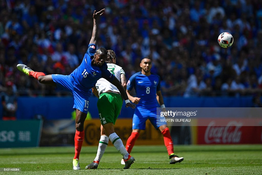 TOPSHOT - France's midfielder Paul Pogba (L) plays the ball during the Euro 2016 round of 16 football match between France and Republic of Ireland at the Parc Olympique Lyonnais stadium in Décines-Charpieu, near Lyon, on June 26, 2016. / AFP / MARTIN