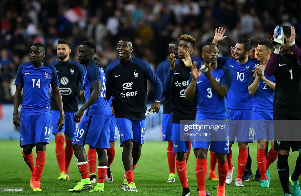 France's midfielder Paul Pogba (R) reacts with teammates after winning the friendly football match between France and Cameroon, at the Beaujoire Stadium in Nantes, western France, on May 30, 2016. / AFP / FRANCK