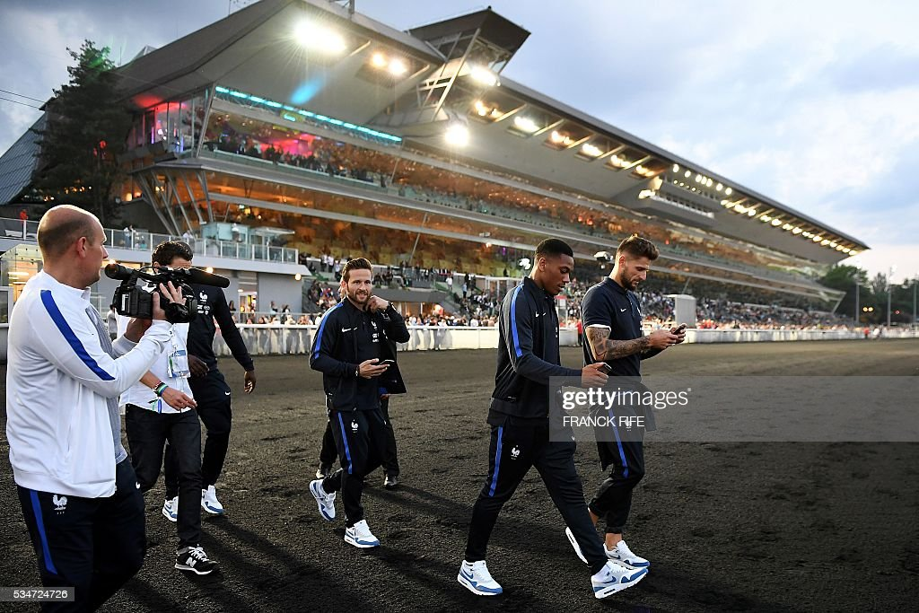 France's midfielder Yohan Cabaye, France's forward Anthony Martial and France's goalkeeper Benoit Costil walk at Vincennes racetrack, on May 27, 2016 in Vincennes, on the sideline of the team's preparation for the friendly football match France vs Cameroun as part of the team's preparation for the upcoming Euro 2016 European football championships. / AFP / FRANCK