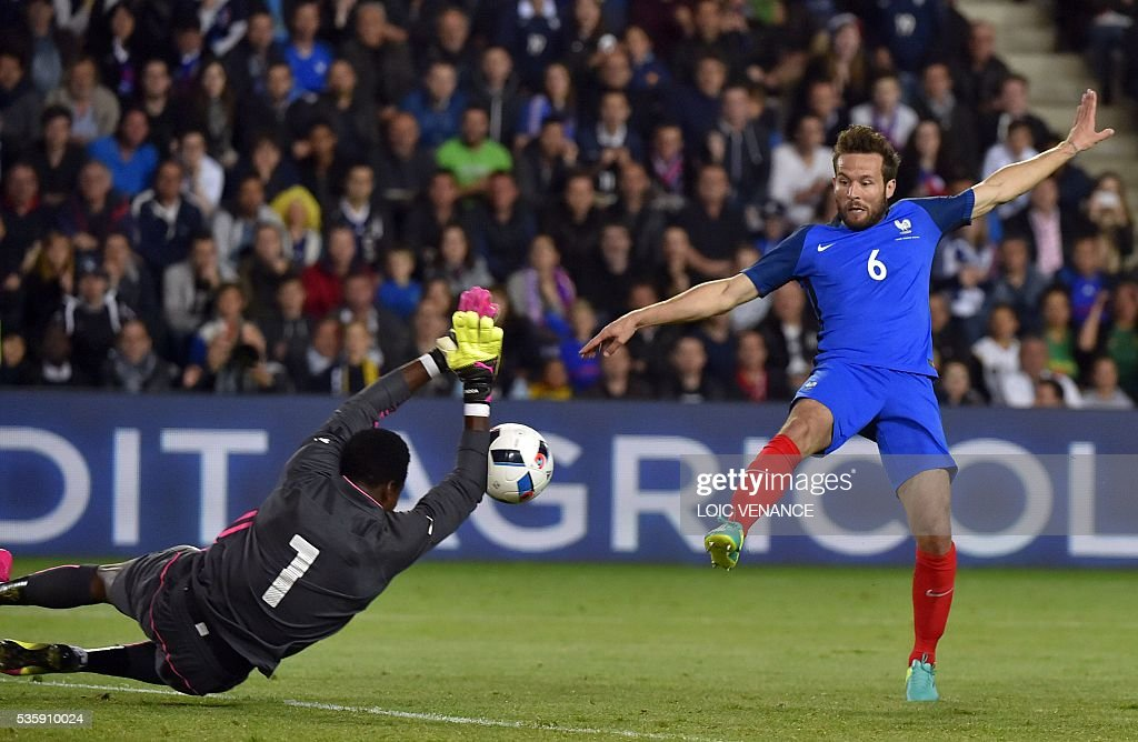 France's midfielder Yohan Cabaye (R) tries to score as Cameroon's goalkeeper Fabrice Ondoa attempts to block the ball during the International friendly football match between France and Cameroon at the Beaujoire stadium, in Nantes, western France, on May 30, 2016 as part of the French team's preparation for the upcoming Euro 2016 European football championships. / AFP / LOIC