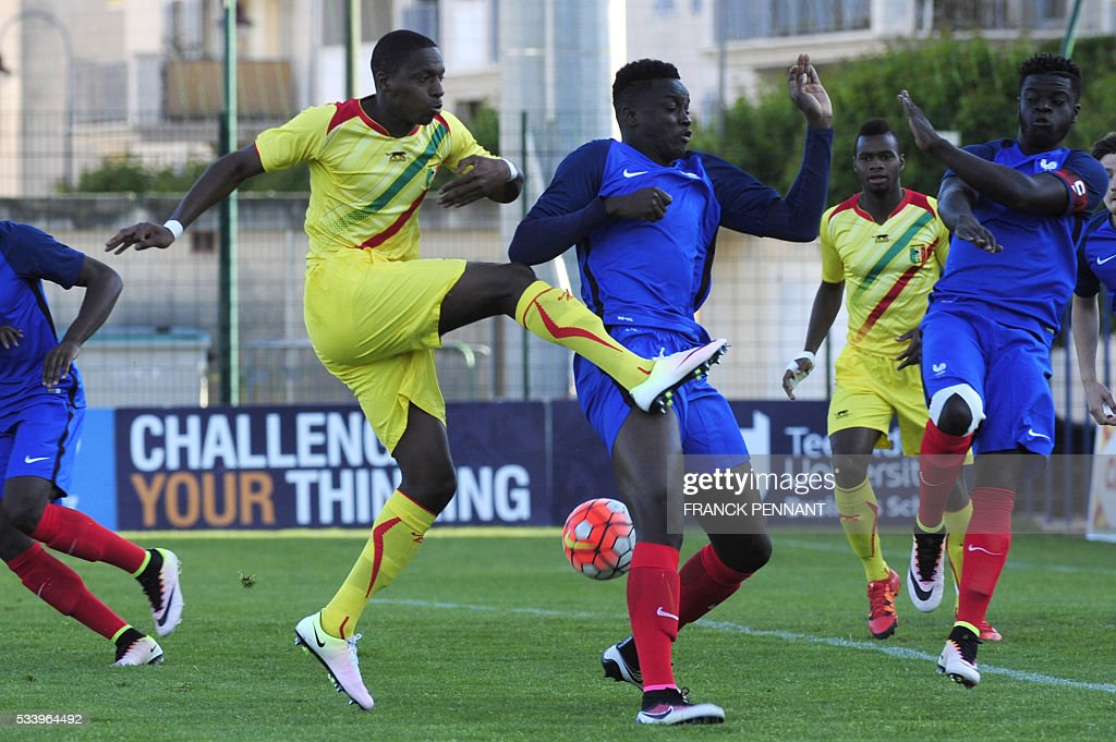 France's Mouctar Diakhaby (R) vies with Mali's Alassanne Diaby during the Under 21 international football match betwen France and Mali at the Perruc stadium in Hyeres, southern France on May 24, 2016, as part of the Toulon Hopefuls' Tournament. / AFP / Franck PENNANT