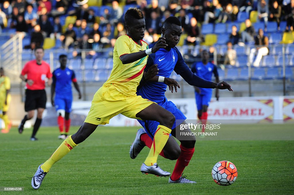 France's Moussa Niakaby (R) vies with Mali's Falaye Sacko during the Under 21 international football match betwen France and Mali at the Perruc stadium in Hyeres, southern France on May 24, 2016, as part of the Toulon Hopefuls' Tournament. / AFP / Franck PENNANT
