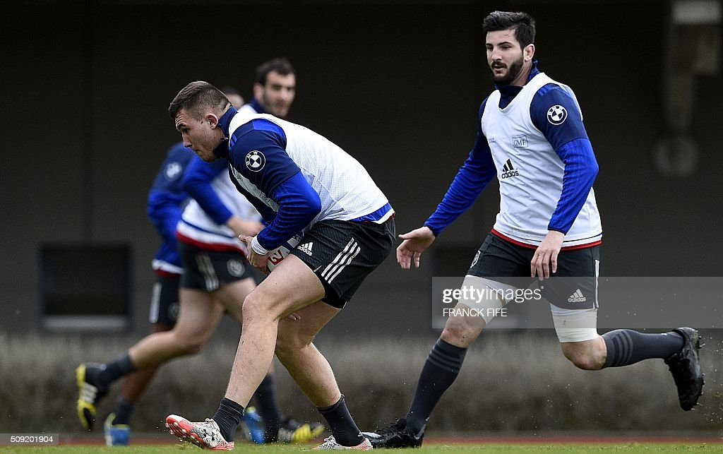 Frances N°8 Loann Goujon (R) and lock Paul Jedrasiak attend a training session in Marcoussis, south of Paris, on February 9, 2016, ahead of the Six Nations international rugby union match between France and Irland. / AFP / FRANCK FIFE