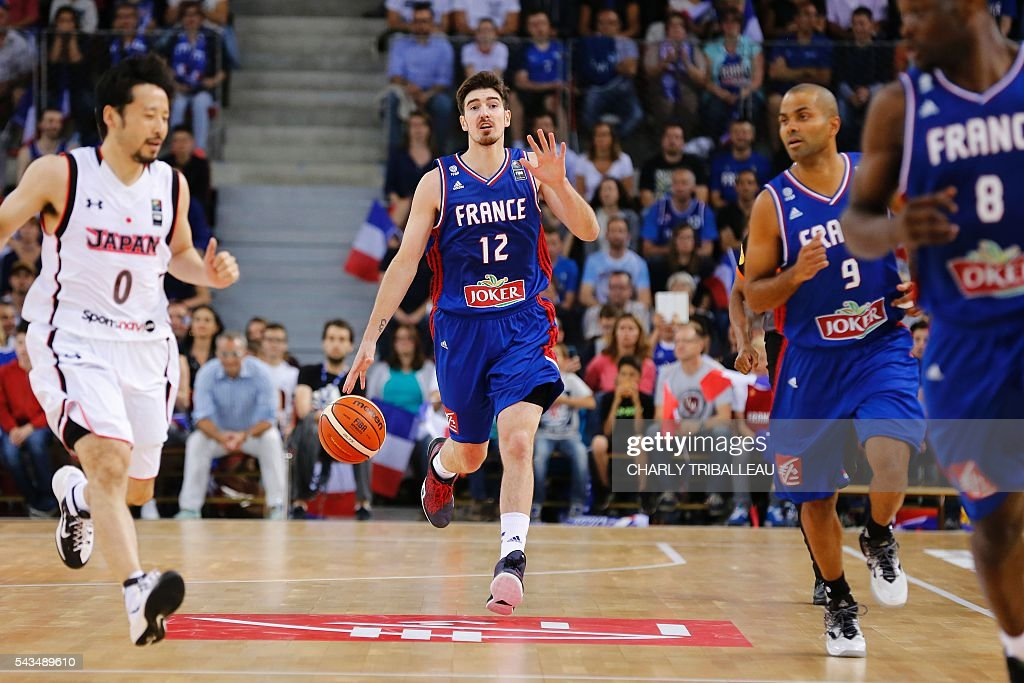 France's Nando De Colo runs with the ball during the friendly basketball match between France and Japan at the Kindarena hall in Rouen on June 28, 2016. / AFP / CHARLY