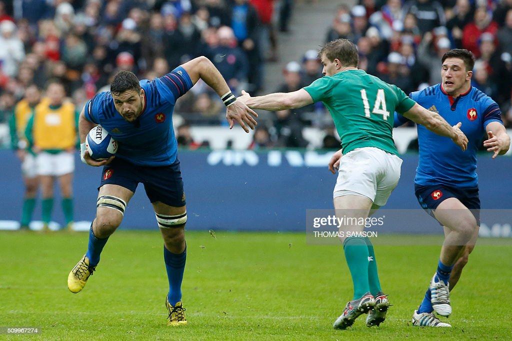 France's Number Eight Damien Chouly (L) evades Ireland's wing Andrew Trimble during the Six Nations international rugby union match between France and Ireland at the Stade de France Stadium in Saint-Denis, north of Paris, on February 13, 2016. AFP PHOTO / THOMAS SAMSON / AFP / THOMAS SAMSON