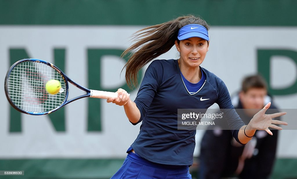 France's Oceane Dodin returns the ball to Serbia's Ana Ivanovic during their women's first round match at the Roland Garros 2016 French Tennis Open in Paris on May 24, 2016. / AFP / MIGUEL