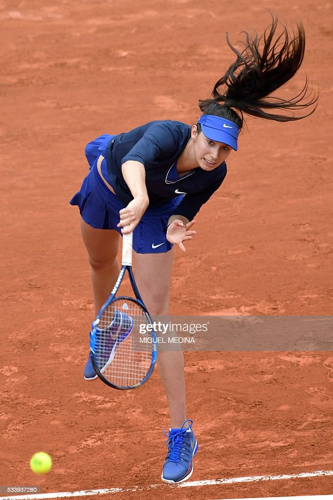 France's Oceane Dodin Serbia's serves the ball to Ana Ivanovic during their women's first round match at the Roland Garros 2016 French Tennis Open in Paris on May 24, 2016. / AFP / MIGUEL