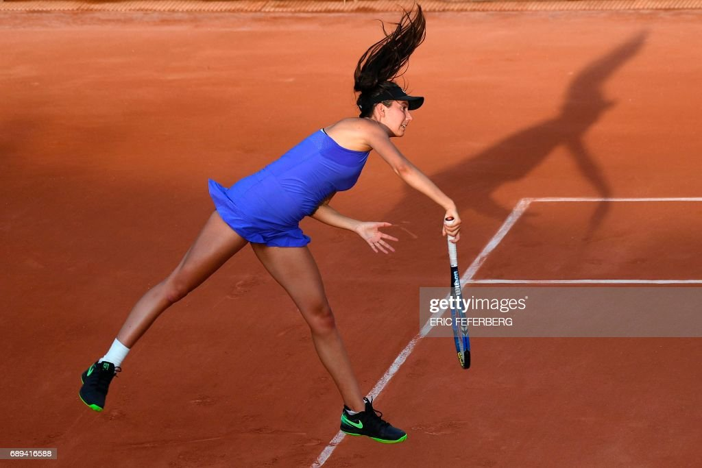 TOPSHOT - France's Oceane Dodin serves to Italy's Camila Giorgi during their tennis match at the Roland Garros 2017 French Open on May 28, 2017 in Paris. / AFP PHOTO / Eric FEFERBERG