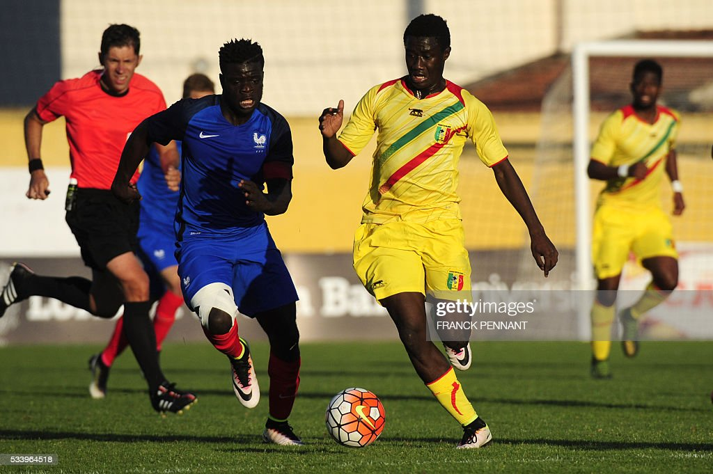 France's Olivier Kemen (L) vies with Mali's Diadie Samassekou during the Under 21 international football match betwen France and Mali at the Perruc stadium in Hyeres, southern France on May 24, 2016, as part of the Toulon Hopefuls' Tournament. / AFP / Franck PENNANT