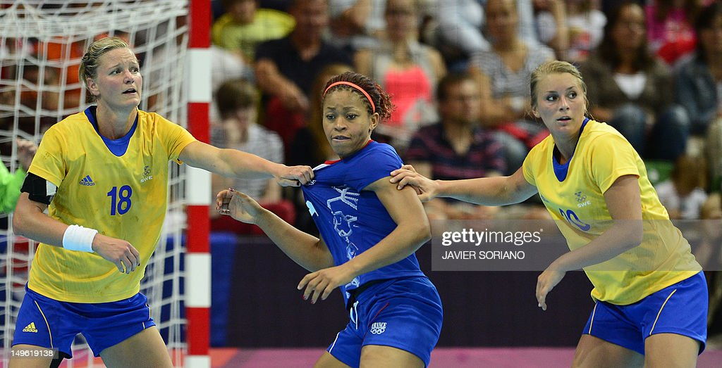 France's pivot Nina Kamto Njitam (C) vies with Sweden's pivot Johanna Wiberg (L) and Sweden's centreback Isabelle Gullden during the women's preliminaries Group A handball match France vs Sweden for the London 2012 Olympics Games on August 1, 2012 at the Copper Box hall in London.