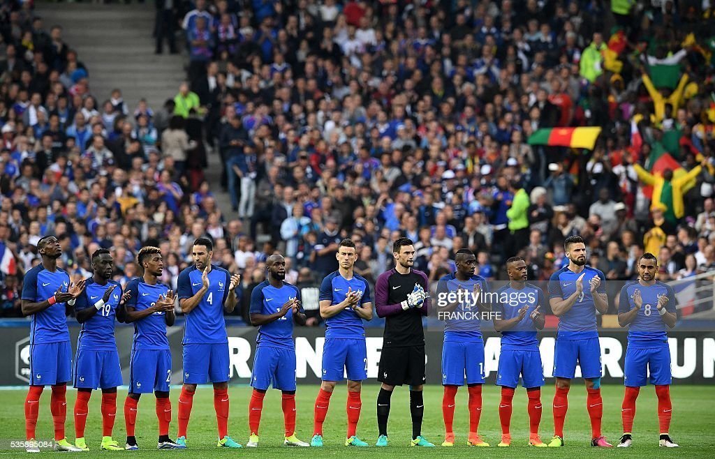France's players applause prior to the friendly football match between France and Cameroon, at the Beaujoire Stadium in Nantes, western France, on May 30, 2016. / AFP / FRANCK