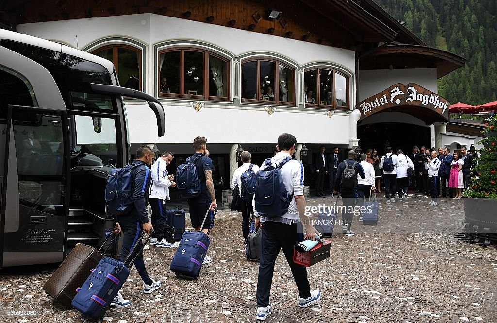 France's players arrive at the hotel in Neustift im Stubaital, Austria, on May 31, 2016, where the team stays for a traning camp as part of preparations for the upcoming Euro 2016 European football championships. / AFP / FRANCK