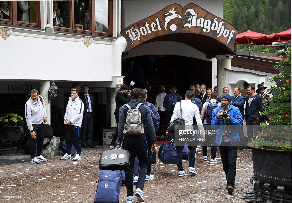 France's players arrive at the hotel in Neustift im Stubaital near Innsbruck, Austria, on May 31, 2016, where the team stays for a traning camp as part of preparations for the upcoming Euro 2016 European football championships. / AFP / FRANCK