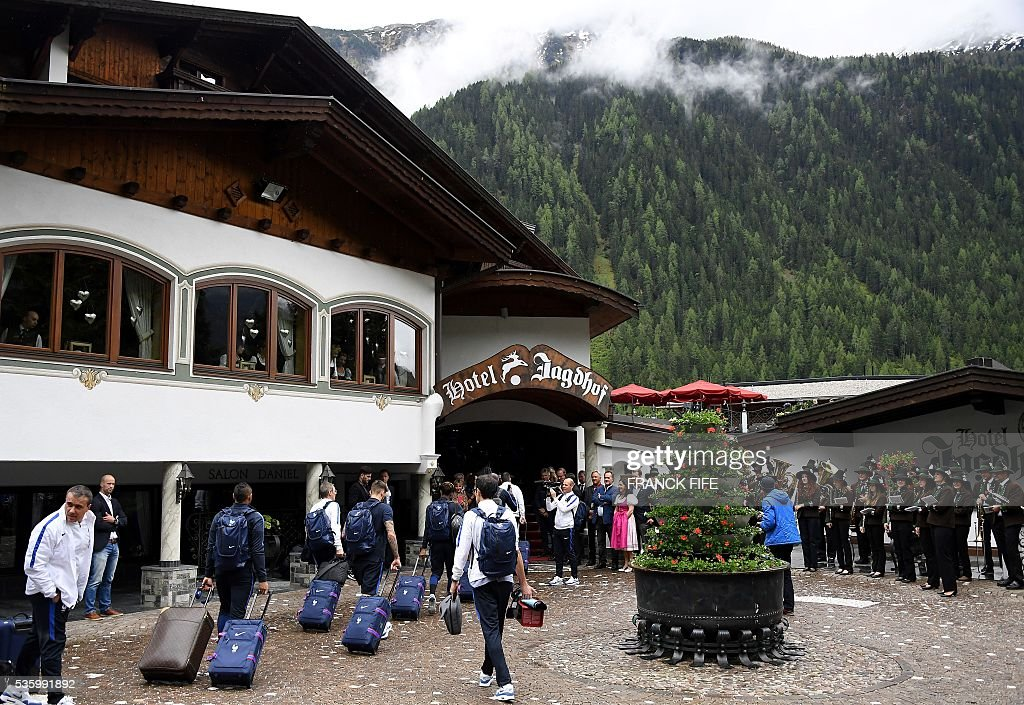 France's players arrive at the hotel in Neustift im Stubaital, on May 31, 2016, as part of the team's preparation for the upcoming Euro 2016 European football championships. / AFP / FRANCK