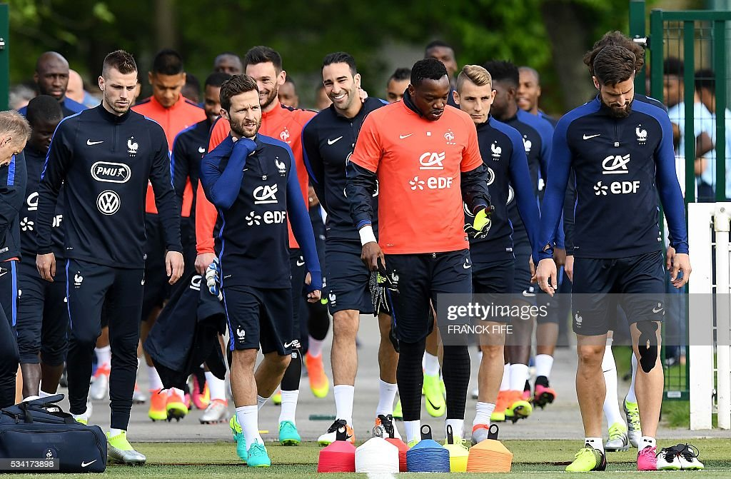 France's players arrive for a training session in Clairefontaine as part of the team's preparation for the upcoming Euro 2016 European football championships, on May 25, 2016. / AFP / FRANCK