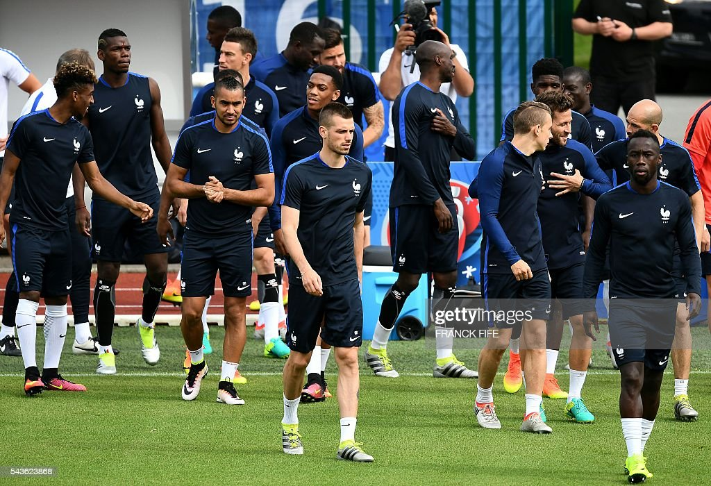 France's players arrive for a training session in Clairefontaine-en-Yvelines, southwest of Paris, on June 29, 2016, during the Euro 2016 football tournament. / AFP / FRANCK