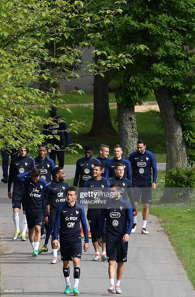 France's players arrives for a training session in Clairefontaine en Yvelines on May 26, 2016, as part of the team's preparation for the upcoming Euro 2016 European football championships. / AFP / FRANCK