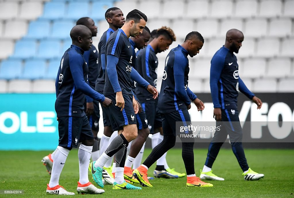 France's players attend a training session at the Beaujoire Stadium in Nantes, western France, on May 29, 2016, on the eve of the friendly football match against Cameroun as part of the team's preparation for the upcoming Euro 2016 European football championships. / AFP / FRANCK