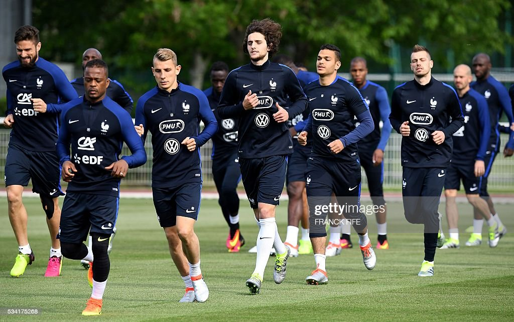 France's players attend a training session in Clairefontaine as part of the team's preparation for the upcoming Euro 2016 European football championships, on May 25, 2016. / AFP / FRANCK