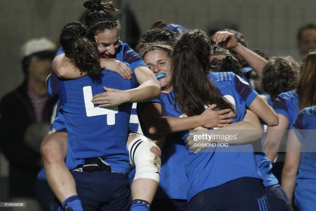 France's players celebrate their victory at the end of the Women's Six Nations rugby union match France vs Ireland, on February 13, 2016 in Perpignan. / AFP / RAYMOND ROIG