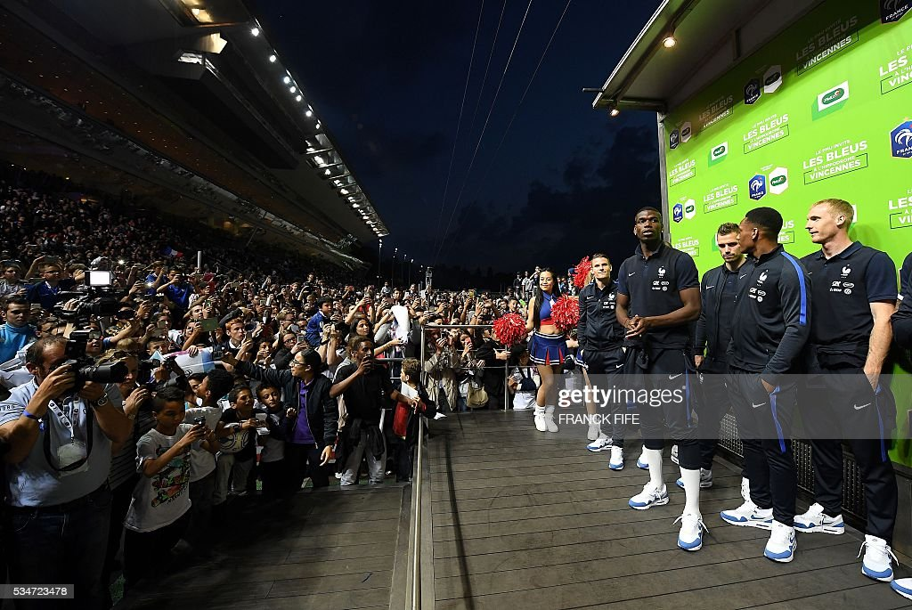 France's players pose on the podium at Vincennes racetrack, on May 27, 2016 in Vincennes, on the sideline of the team's preparation for the friendly football match France vs Cameroun as part of the team's preparation for the upcoming Euro 2016 European football championships. / AFP / FRANCK