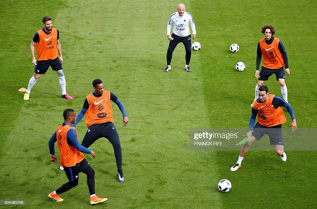 France's players practice during a training session in Clairefontaine en Yvelines on May 26, 2016, as part of the team's preparation for the upcoming Euro 2016 European football championships. / AFP / FRANCK