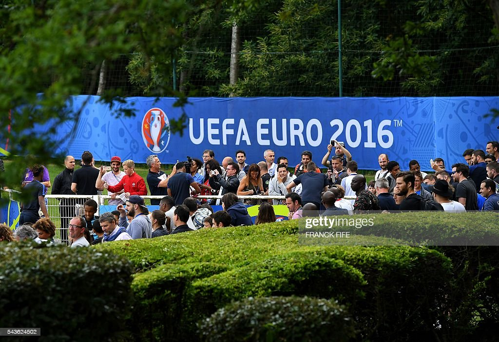 France's players signs autographs for supporters before a training session in Clairefontaine-en-Yvelines, southwest of Paris, on June 29, 2016, during the Euro 2016 football tournament. / AFP / FRANCK