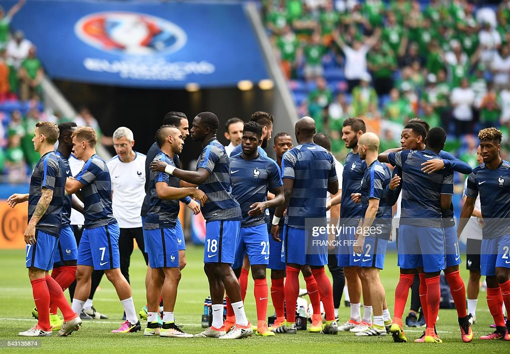France's players stand on the pitch prior to the Euro 2016 round of 16 football match between France and Republic of Ireland at the Parc Olympique Lyonnais stadium in Décines-Charpieu, near Lyon, on June 26, 2016. / AFP / FRANCK