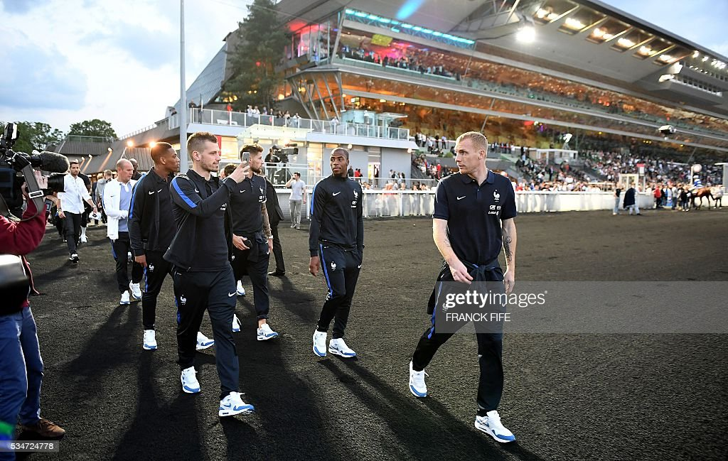 France's players walk at Vincennes racetrack, on May 27, 2016 in Vincennes, on the sideline of the team's preparation for the friendly football match France vs Cameroun as part of the team's preparation for the upcoming Euro 2016 European football championships. / AFP / FRANCK