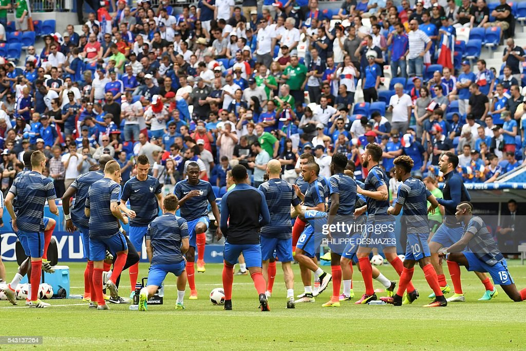 France's players warm up ahead the Euro 2016 round of 16 football match between France and Republic of Ireland at the Parc Olympique Lyonnais stadium in Décines-Charpieu, near Lyon, on June 26, 2016. / AFP / PHILIPPE