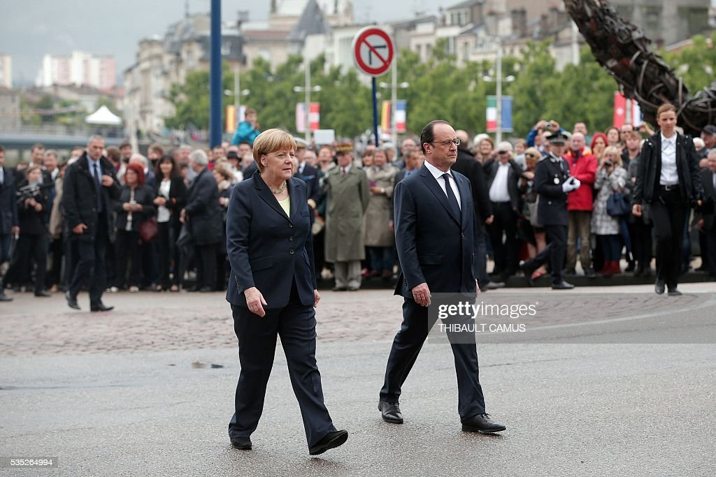 France's President Francois Hollande (R) and German Chancellor Angela Merkel (L) arrive for a remembrance ceremony to mark the centenary of the battle of Verdun, in Verdun, on May 29, 2016. The battle of Verdun, in 1916, was one of the bloodiest episodes of World War I. The offensive which lasted 300 days claimed more than 300,000 lives. / AFP / POOL / Thibault Camus