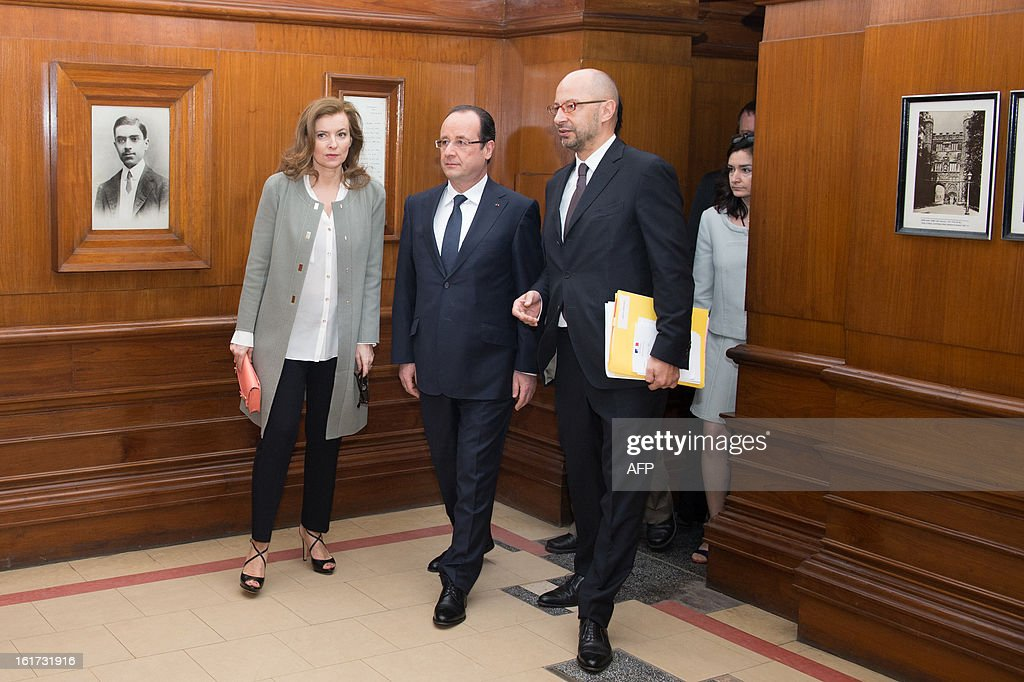 France's President Francois Hollande (C) and his partner Valerie Trierweiler (L) visit the Nehru Institute in New Delhi on February 15, 2013. French President Francois Hollande in India for a two-day visit.