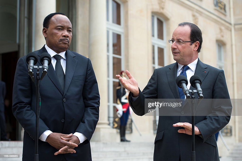 France's President Francois Hollande (R) and President of Niger Mahamadou Issoufou speak to journalists following a meeting at the Elysee presidential palace in Paris on May 10, 2013. AFP PHOTO BERTRAND LANGLOIS