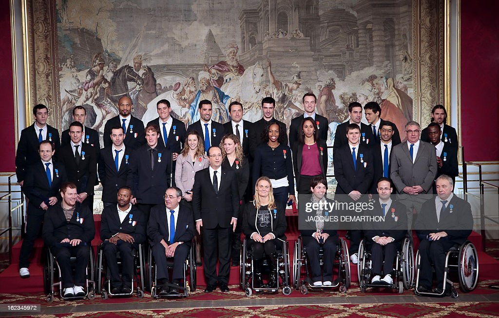 France's President Francois Hollande (C) poses with paralympic athletes during an awards ceremony at the Elysee Palace on February 22, 2013 in Paris. AFP PHOTO / POOL / JACQUES DEMARTHON