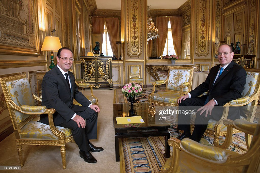 France's President Francois Hollande (L) speaks with Prince Albert II of Monaco prior to a lunch at the Elysee presidential palace in Paris on December 7, 2012.